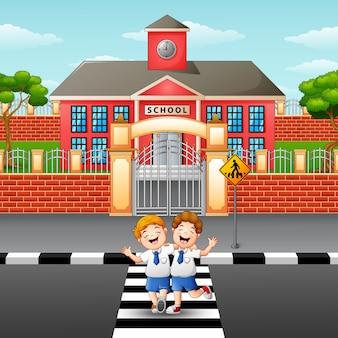 Zwei studenten überqueren die straße
