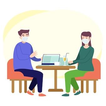 Zwei teenager diskutieren in einem café über arbeit, tragen aber immer noch masken