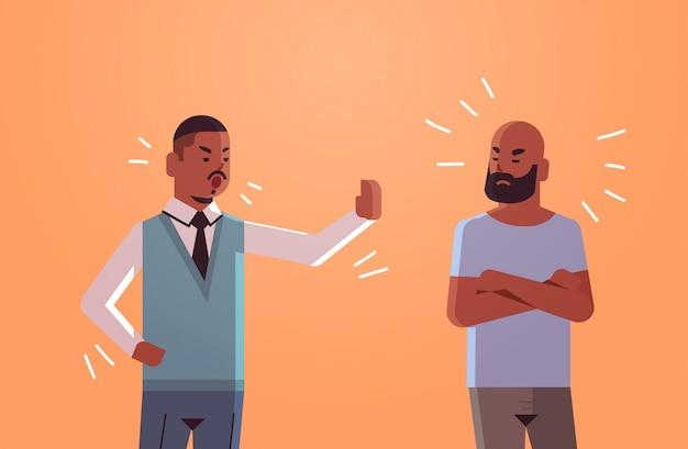 Zwei verärgerte männer, die sich gegenseitig beschuldigen, beleidigte afroamerikaner zu beschuldigen, die ein konfliktproblemkonzept mit flachem porträt horizontal haben