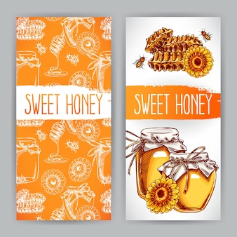 Zwei vertikale honigbanner. gläser mit honig, bienen, waben. handgezeichnete illustration
