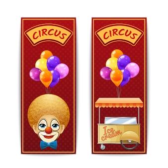 Zwei vertikale zirkusfahnen mit clownballonen und eiscremekarren auf dem roten hintergrund