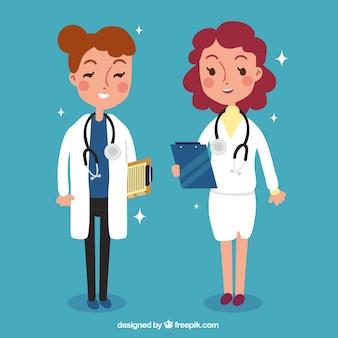 Zwei weibliche doktoren mit klemmbrettern