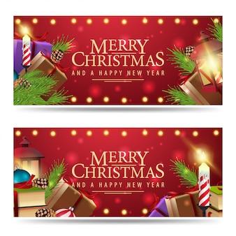 Zwei weihnachtsfahnen mit einem berg der weihnachtsgeschenke