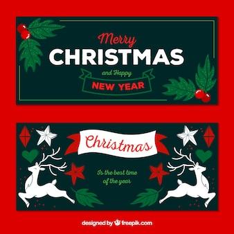 Zwei weihnachtsfahnen mit weihnachtsdekorationen