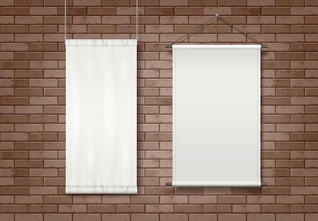 Zwei weiße leere textilwerbetafeln, die an einer backsteinmauer eines gebäudes angebracht sind.