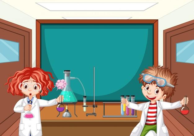 Zwei wissenschaftskursteilnehmer, die in der schule im labor arbeiten