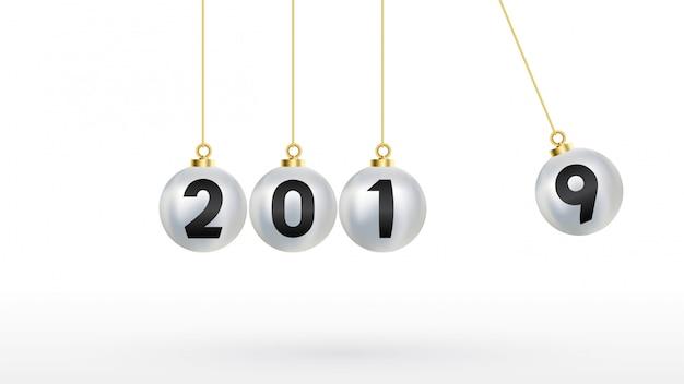 2019 feliz ano novo com bolas de natal de cor prata
