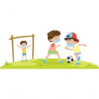 3 meninos estão usando máscara médica enquanto jogam bola de pé juntos na ilustração do campo