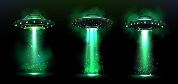 3d ufo, naves espaciais alienígenas de vetor com feixe de luz verde, fumaça e brilhos.