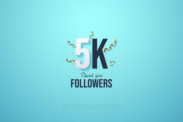5k seguidores com ilustração de número preto e festividades de festa em fundo azul claro.