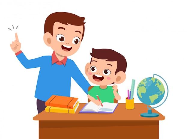 A ajuda do pai ensina a criança