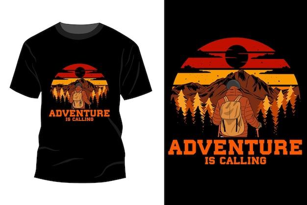 A aventura está chamando a maquete da camiseta com design vintage retro