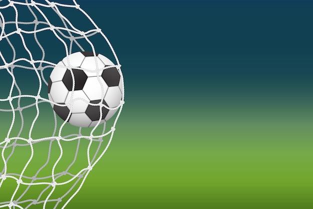 A bola de futebol entra no gol.
