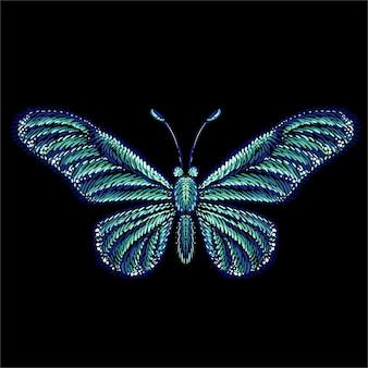 A borboleta para tatuagem ou design de camiseta ou roupa interior. este desenho a mão é para tecido ou tela preta.