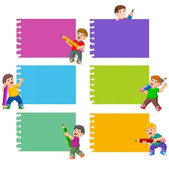 A coleção da nota em branco com as crianças segura o lápis
