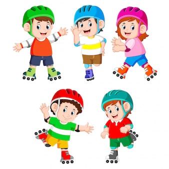 A coleção das crianças brincando de patins