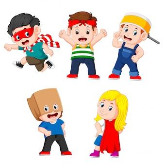 A coleção das crianças posando como os super-heróis