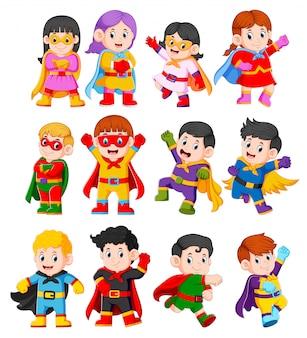 A coleção das crianças usando o traje de super-heróis