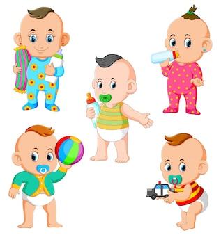 A coleção de atividades do bebê no diferente posando