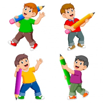 A coleção do garoto segurando o lápis grande com o diferente posando