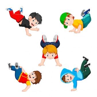 A coleção do menino fazendo exercícios com o diferente posando