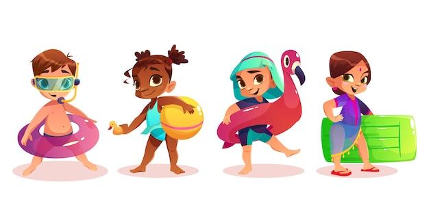 A criança caucasiano, afro-americano, árabe e indiana no roupa de banho com os caráteres infláveis do vetor dos desenhos animados do anel ou do colchão da natação ajustou o fundo branco isolado. crianças pré-escolares no lazer de verão