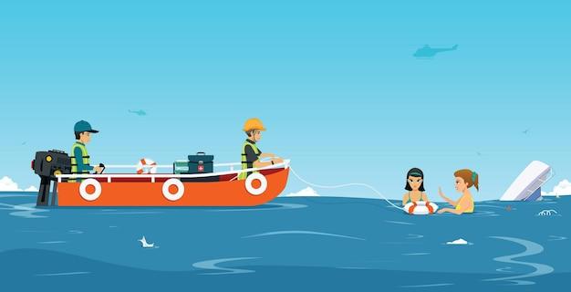 A equipe de resgate na água está ajudando o barco no acidente.