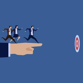 A equipe do homem de negócios corre para visar apontar acima da mão.