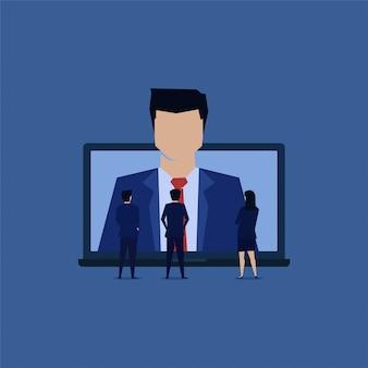 A equipe do homem de negócios vê o empregado novo em linha.