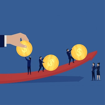 A equipe do negócio traz a moeda segue a metáfora da seta do negócio de lucro.