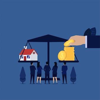 A equipe do negócio vê o empréstimo hipotecario no balanço com moedas.