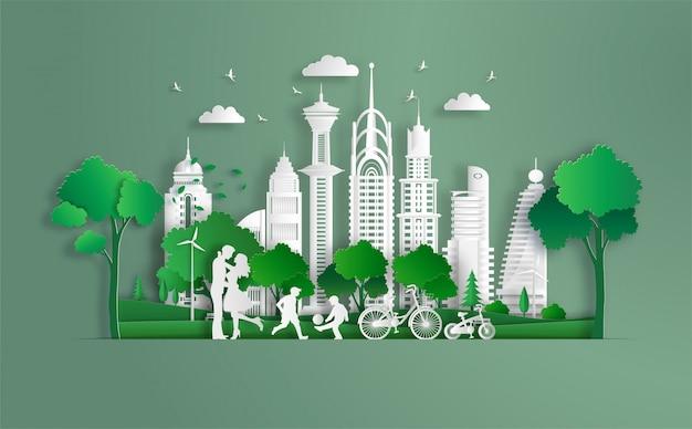 A família aprecia o ar fresco no parque, miúdos que jogam o futebol, cidade verde do eco.