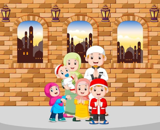 A família dá a saudação do ied mubarak em sua casa