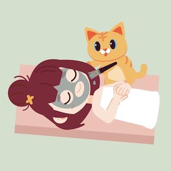 A garota mascarando o rosto com uma máscara preta pelo gato bonito.