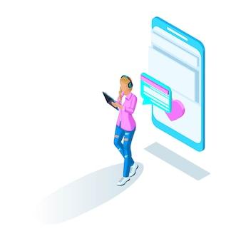 A garota se comunica na internet e a coloca como, caminha pela rua. namoro online e correspondência. holográfico brilhante