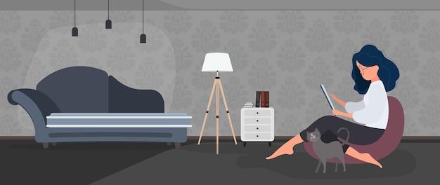 A garota se senta em um pufe e trabalha em um laptop. uma mulher com um laptop está sentada em um grande pufe. o gato se esfrega na perna da garota. o conceito de trabalho confortável no escritório ou em casa. vetor.