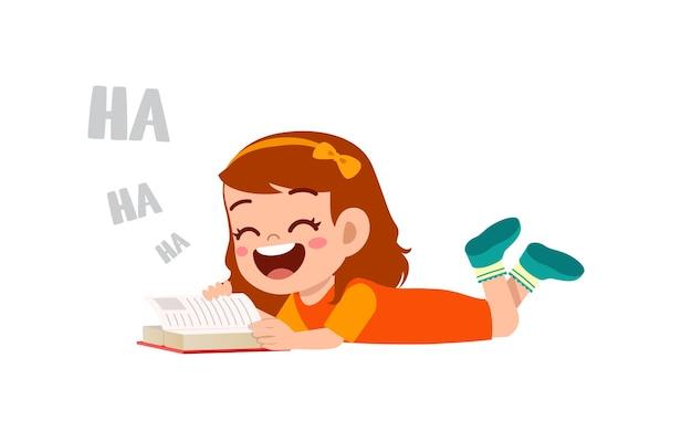 A garotinha cule lendo um livro engraçado e rindo tanto