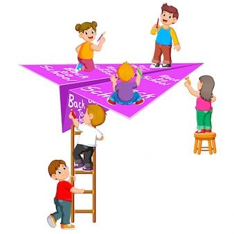 A ilustração do aluno fazendo nas costas para a escola