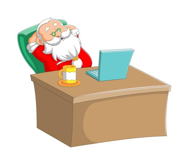 A ilustração do papai noel dormindo na mesa de trabalho e sentado na frente de seu laptop