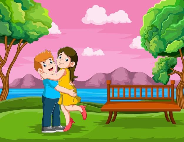 A mãe e o pai estão se abraçando com a cara feliz no jardim