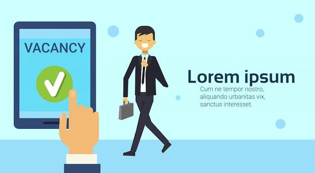 A mão de passeio feliz do homem de negócio que guarda a tabuleta de digitas com vacância canta a empresa que contrata no conceito do recrutamento da posição de trabalho