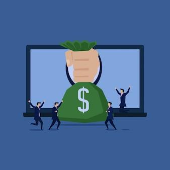 A mão do homem de negócios dá a recompensa em linha do homem feliz do portátil.