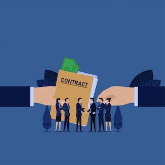 A mão do negócio dá o acordo de contrato com dinheiro nele metáfora da corrupção.
