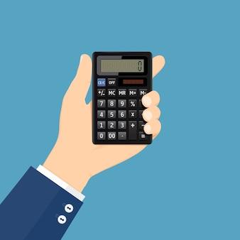 A mão segura a calculadora na horizontal