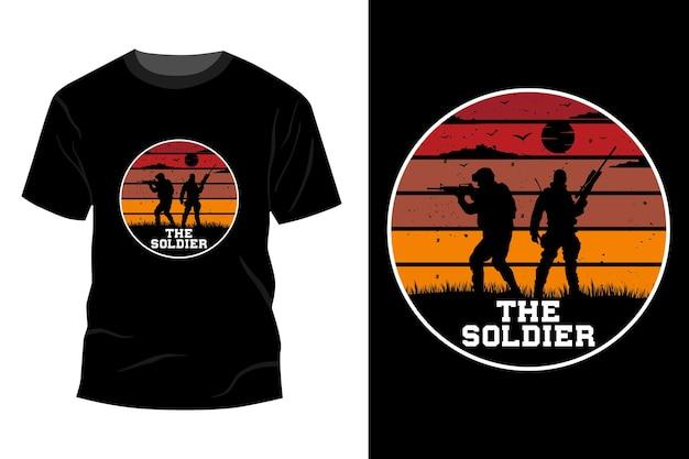 A maquete da camiseta do soldado com design vintage retro