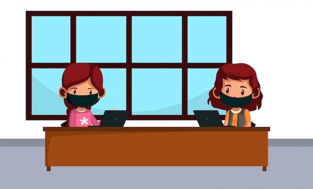 A máscara de desgaste de duas trabalhadoras tem distanciamento físico enquanto trabalha durante o novo normal