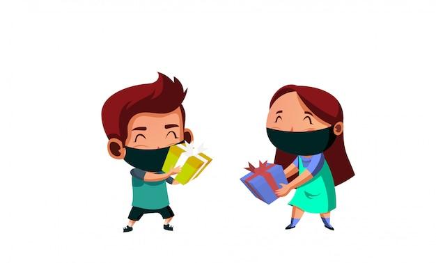 A máscara de desgaste de menino e menina tem troca de presentes durante o novo normal