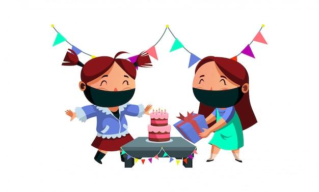 A máscara do desgaste da menina tem seu presente de aniversário de sua amiga