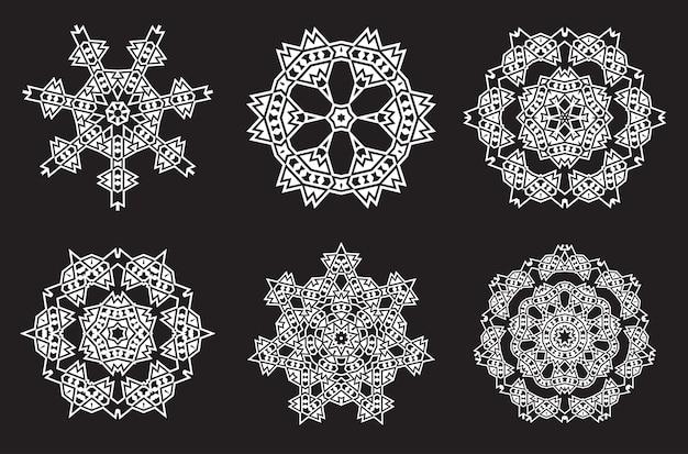A meditação da mandala fractal étnica parece um floco de neve