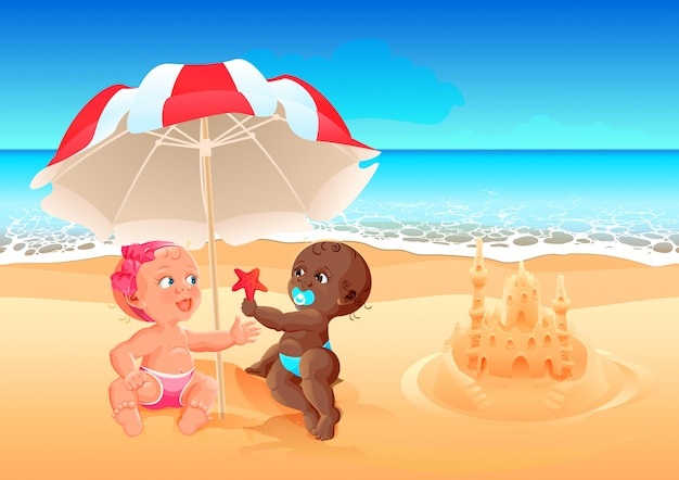 A menina branca da amizade inter-racial e o menino preto jogam junto na praia. férias de verão no mar com crianças